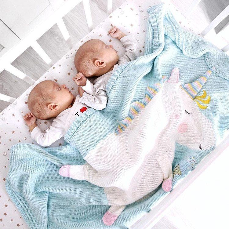 Kinder unter Einhornbettdecke