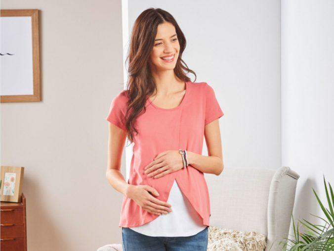 Schwangere in rosa Shirt