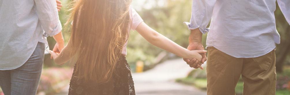Kind geht Hand in Hand mit Vormündern