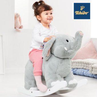 Mädchen auf Elefanten Schaukelpferd