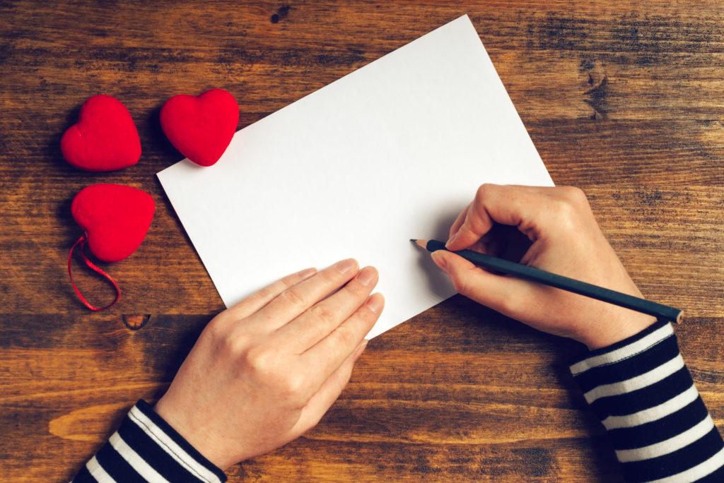 Hand mit Briefpapier