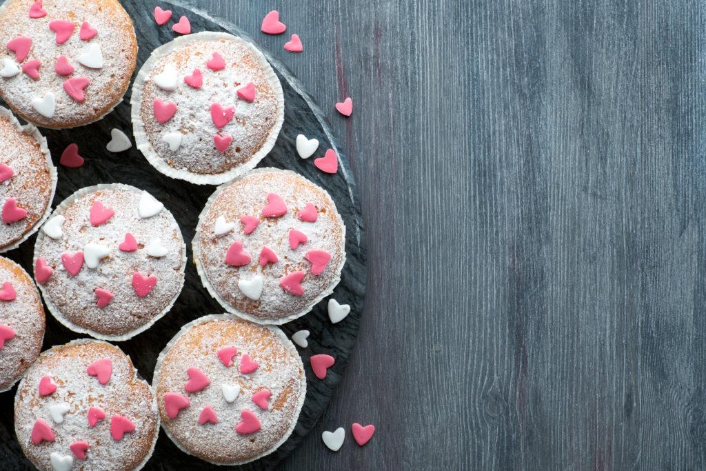 Muffins mit Puderzucker und rosa Herzchen