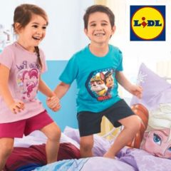 Kinder spielen und lachen