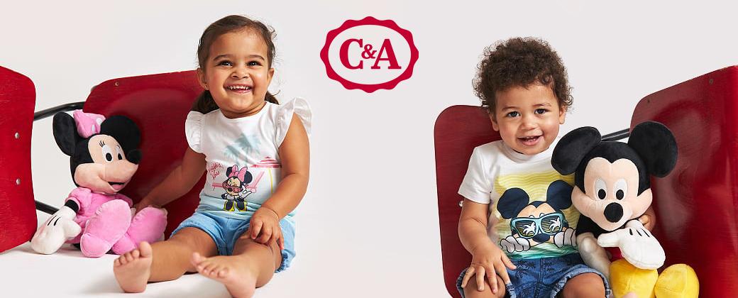 Kleines Mädchen und kleiner Junge in Disneykleidung