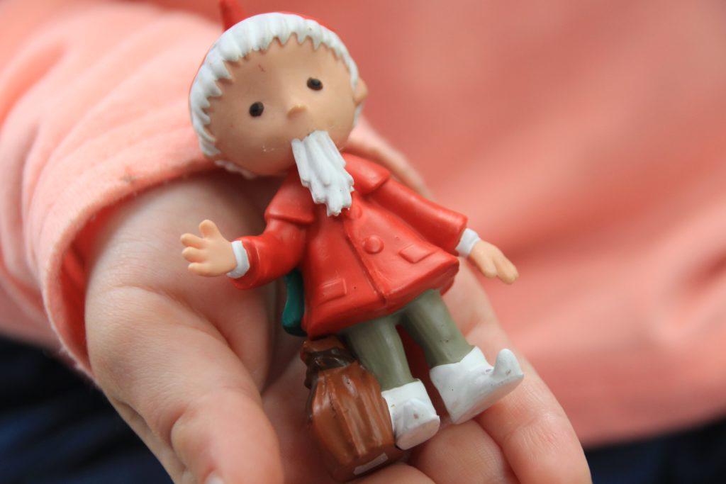 Sandmännchen Bild, Kind hält Tonie-Figur