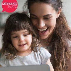 Frau mit Kind vorm Laptop