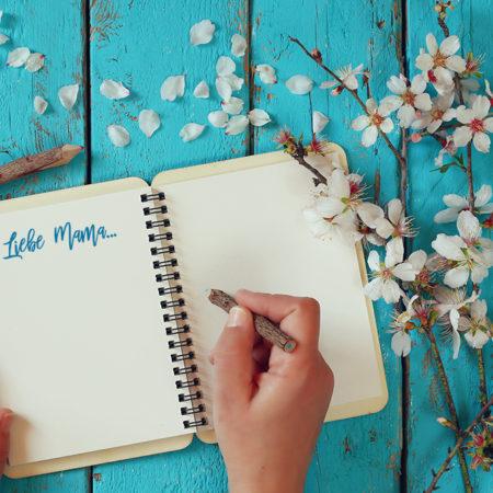 """Aufgeschlagenes Notizbuch mit """"Liebe Mama"""""""