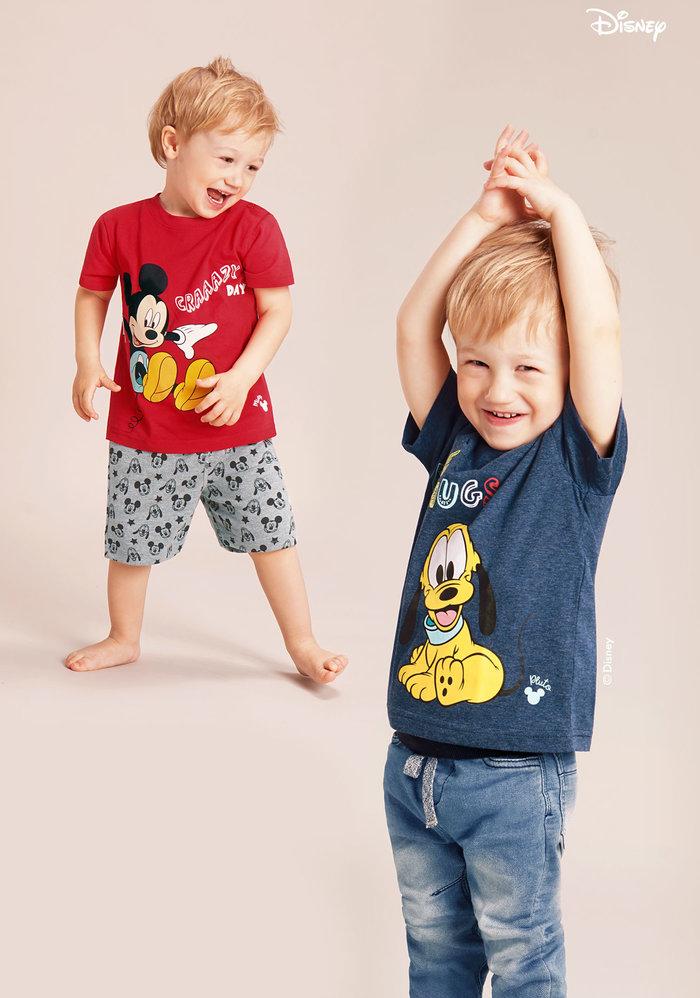 Jungen tragen Minnie und Micky Mode