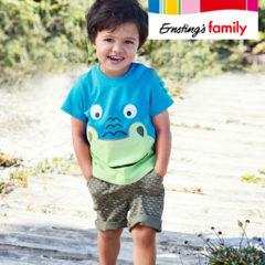 Junge trägt Dinoshirt