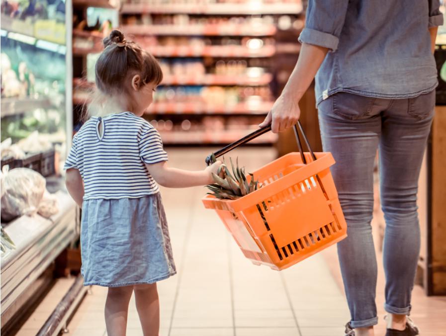 Kind mit Mama im Supermarkt