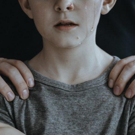 Fremder hält weinenden Jungen