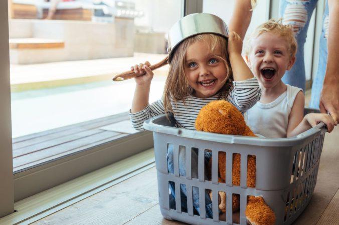 Kinder im Wäschekorb