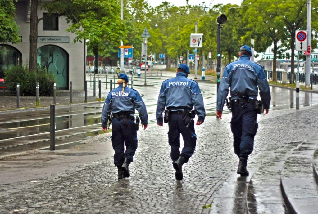Polizisten durchsuchen die Stadt