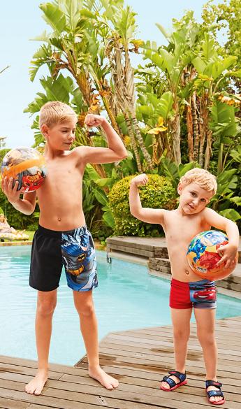 Jungen tragen Badehosen