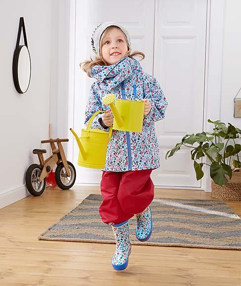 Mädchen trägt Regenoutfit
