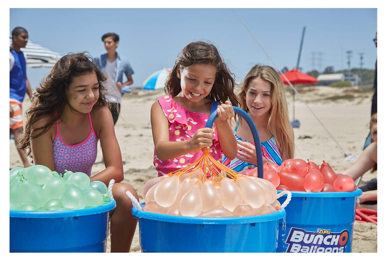 Mädchen befüllen Wasserbomben