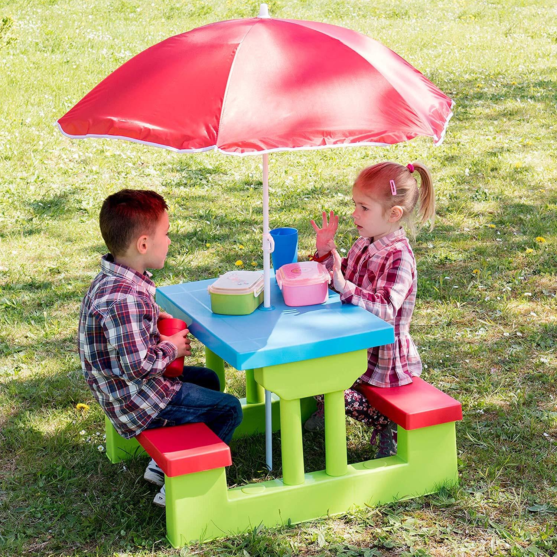 bunte Sitzgruppe mit Sonnenschirm