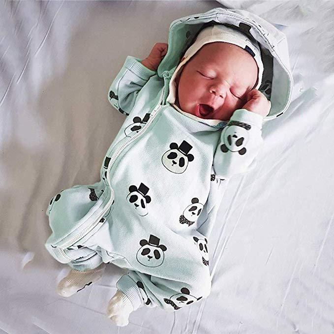 Baby im mintgrünen Pandaoverall