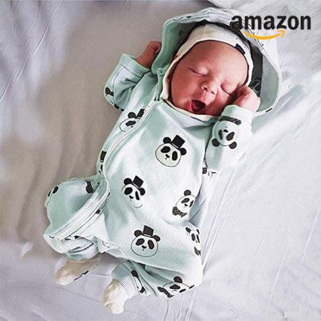 Baby im mintgrünen Panda-Strampler