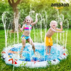 Kinder spielen im spritzenden Planschbecken