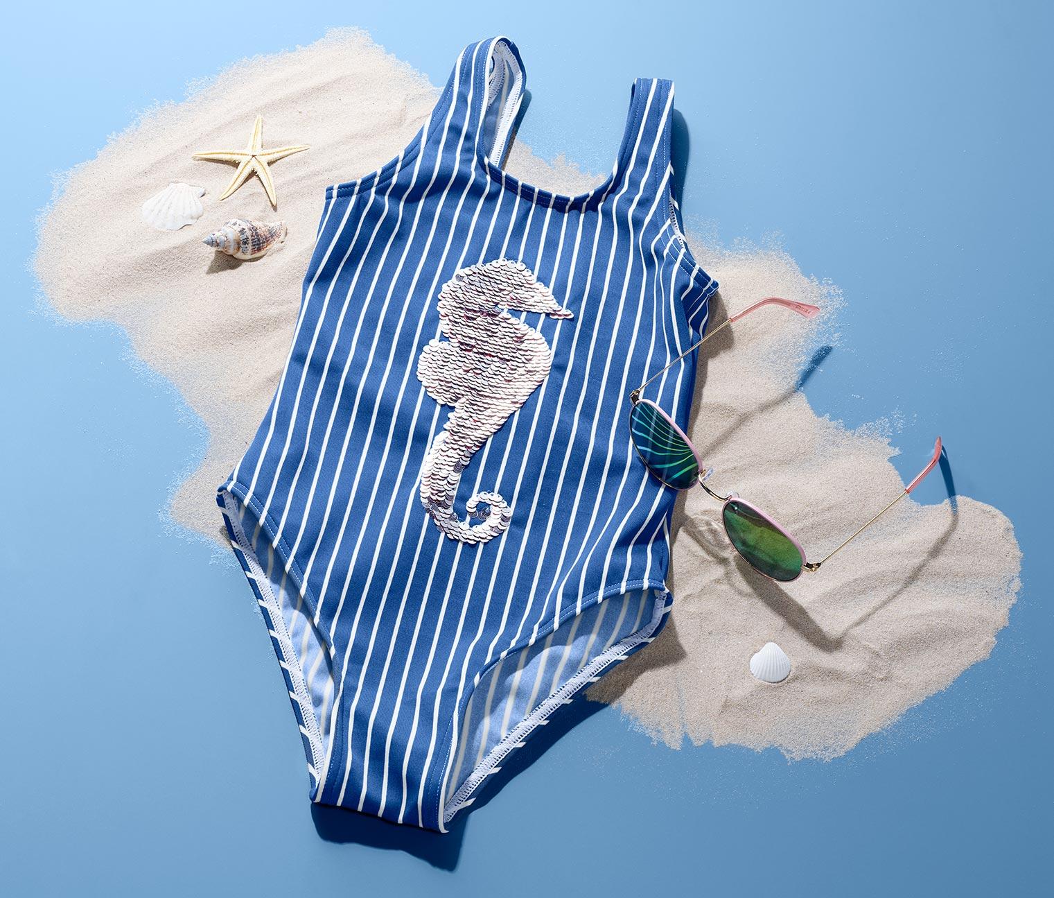Blau weiß gestreifter Badeanzug