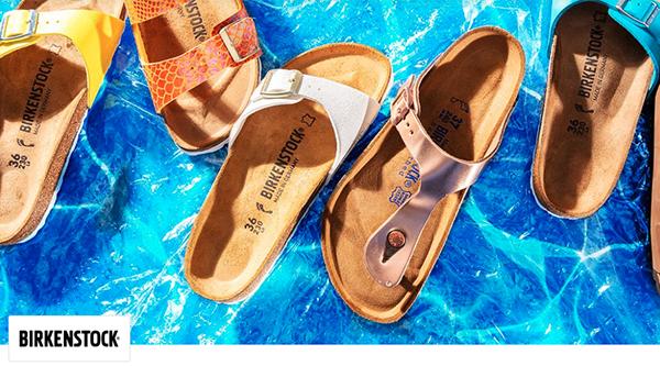 Verschiedene Birkenstpck Sandalen auf blauem Untergrund
