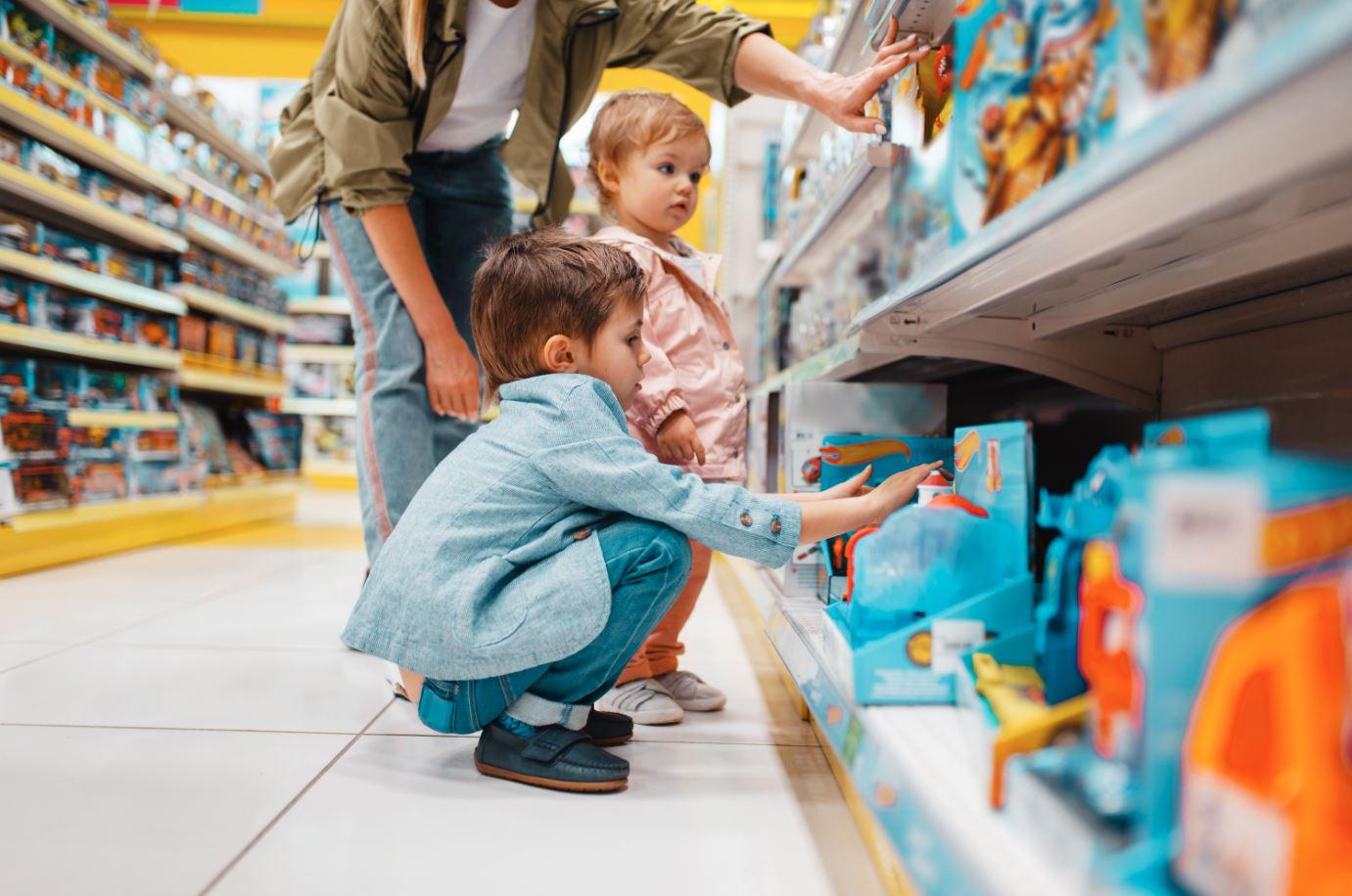 Kind im Spielzeugladen