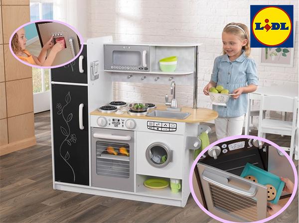 Mädchen spielt an graue Spielküche