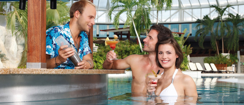 Cocktails an der Poolbar im Badebereich
