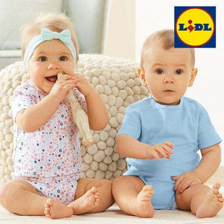 Zwei Babys tragen neue Babymode