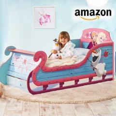 Mädchen im Anna und Elsa Bett