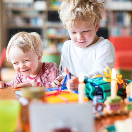 Kinder packen Geschenke aus