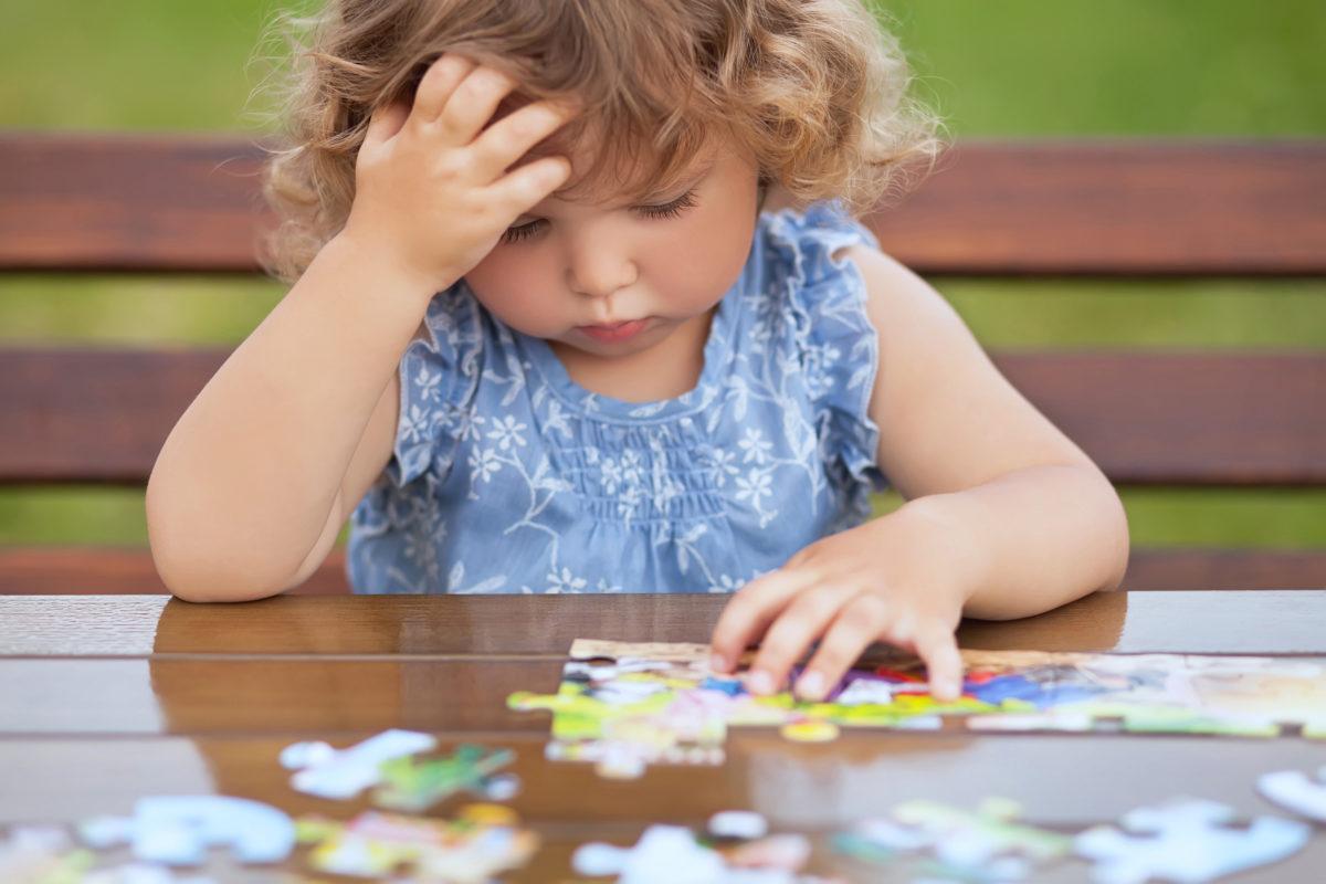 Kleinkind mit Puzzle