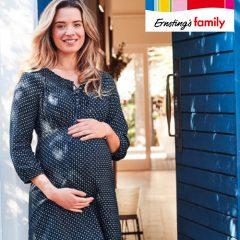 Schwangere Frau in blauem Kleid