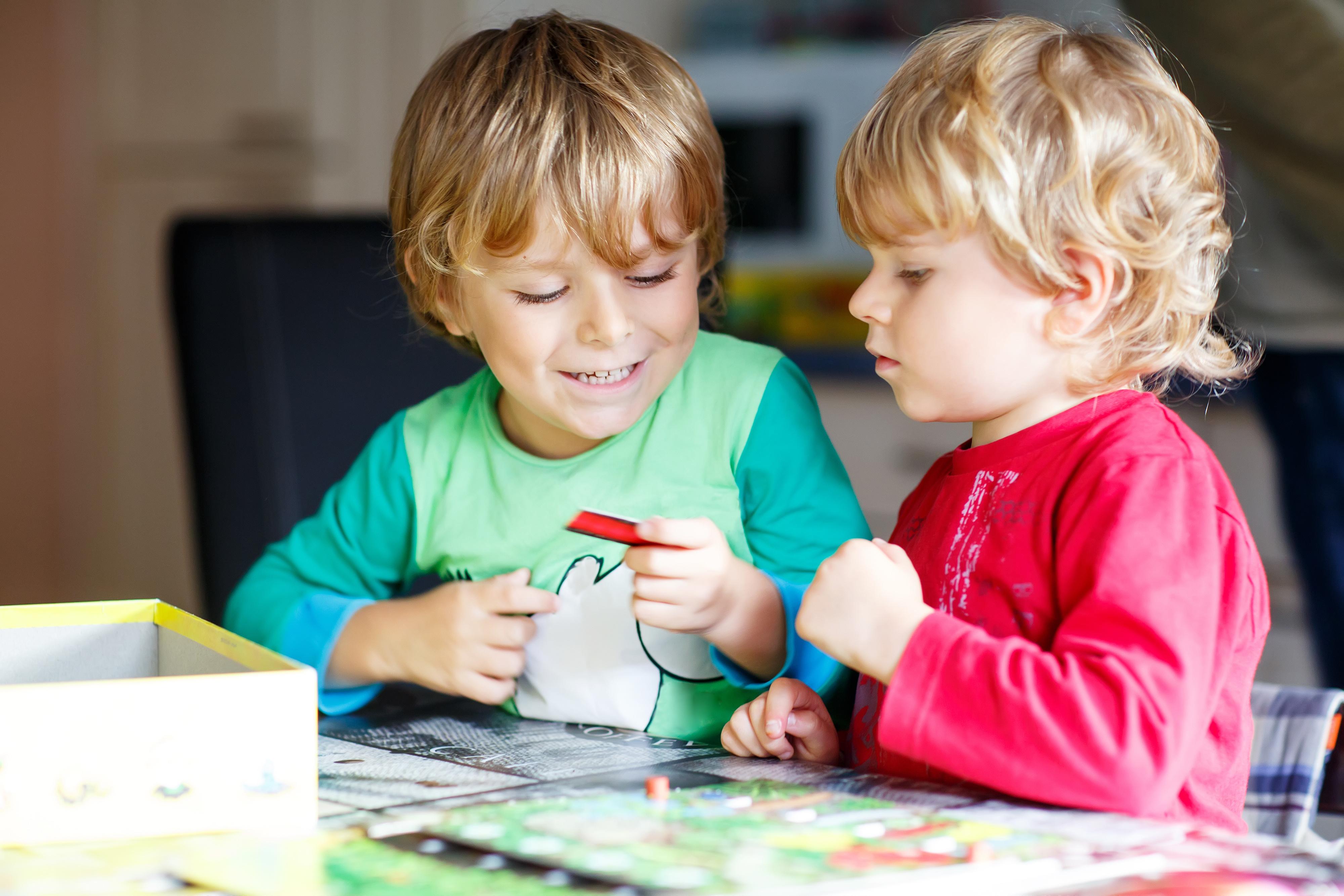 Geschwister spielen Brettspiel