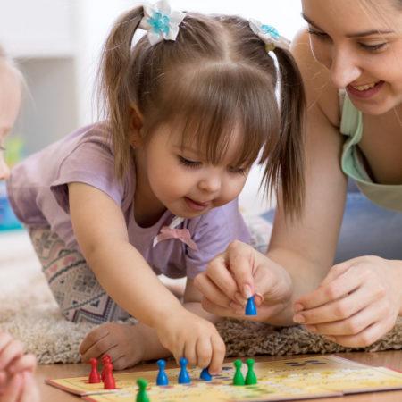 Kleine Kinder spielen Brettspiel