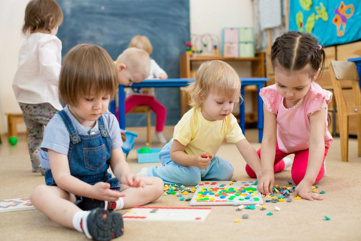 Kleine Kinder spielen