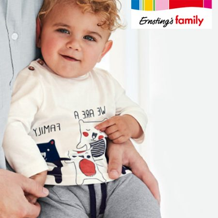 Baby in Bärchenshirt