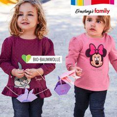 Kleine Mädchen in Winnie und Minnie Sweatshirts