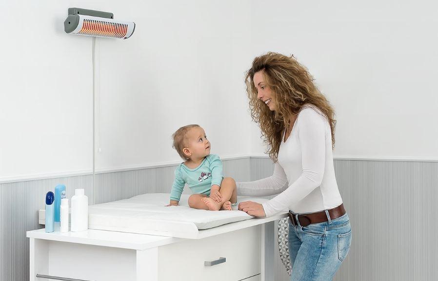 Mama mit Baby am Wickeltisch