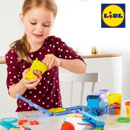Kleines Mädchen spielt mit Knete von LIDL