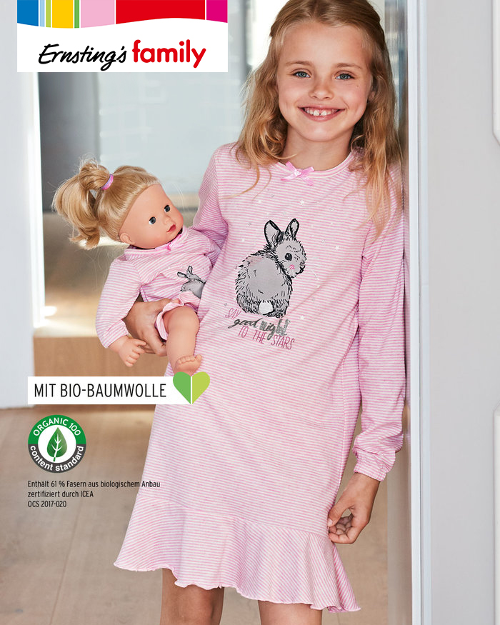 Kind und Puppe in Partnerlook