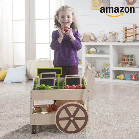 Kind mit Spiele-Obstladen aus Holz