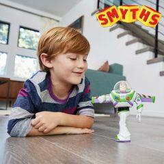 Junge mit Toy Story Spielzeug