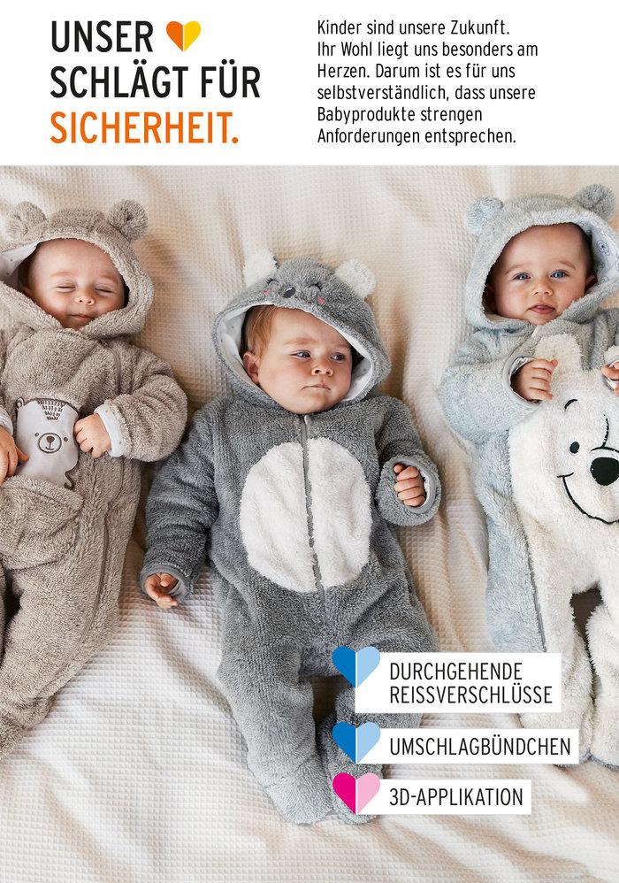 Babys in Kuschelanzügen