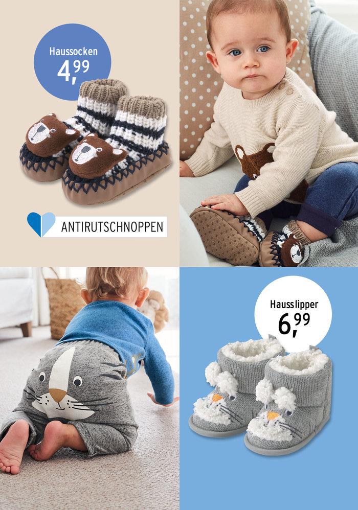 Baby trägt tierische Outfits