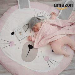 Baby schläft auf Hasendecke