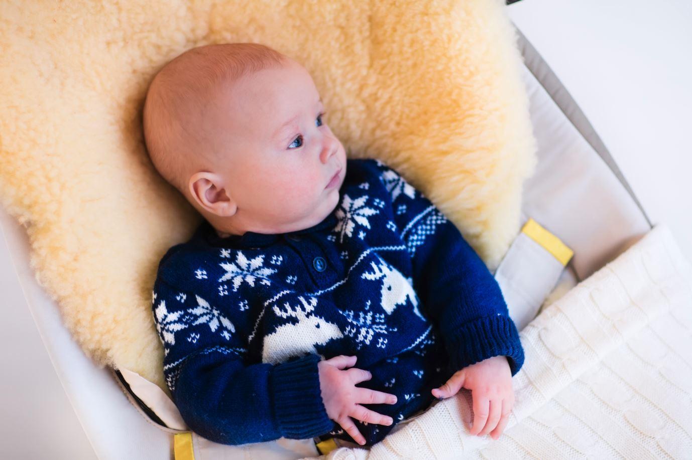Baby liegt auf Lammfell