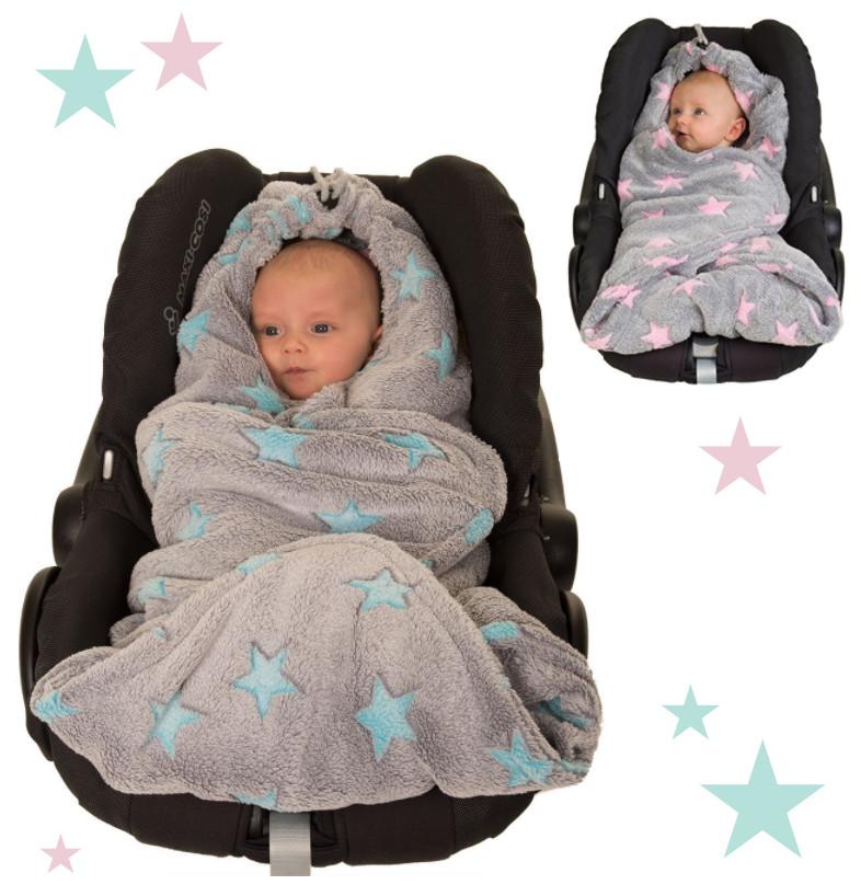 Baby in Einschlagdecke mit Sternenmuster