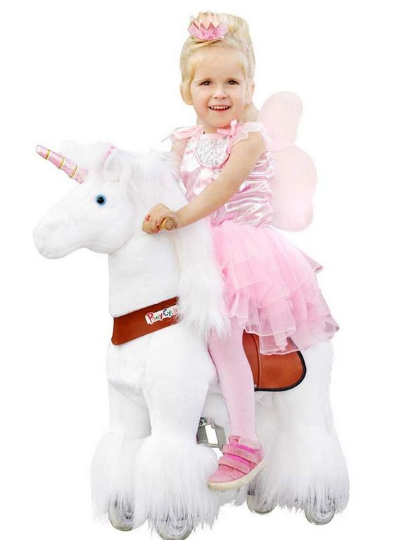 Mädchen reitet auf weißen Pferd